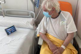 Usuario utilizando RobRoom en Hospital de Olot
